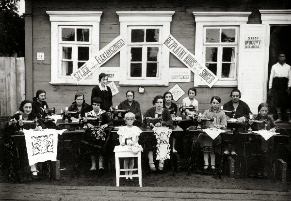 Photo of a sewing class in David-Horodok